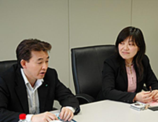 (左)システム選定・運営ご担当 長谷川 浩司様 (右)メールマガジンご担当 松岡 久美子様