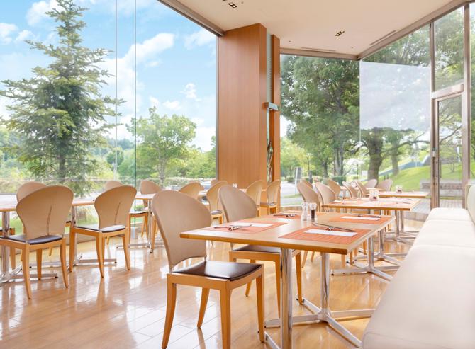 開放感ある空間でカジュアルに食事が楽しめるレストランカフェ「セレース」